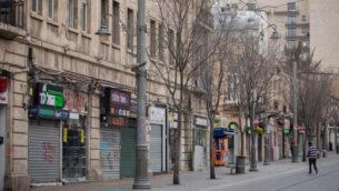 متاجر مغلقة في شارع يافا في وسط مدينة القدس، 26 مارس 2020 (Yonatan Sindel / Flash90)