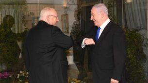 بنيامين نتنياهو ورؤوفن ريفلين يتجنبان المصافحة في القدس، 15 مارس 2020 (Kobi Gideon / GPO)