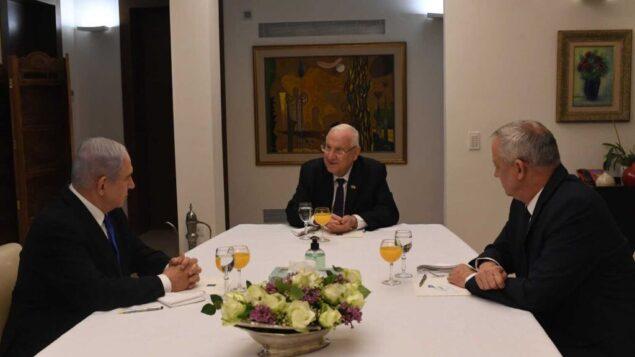 بنيامين نتنياهو (يسار)، رؤوفن ريفلين (وسط) وبيني غانتس في القدس، 15 مارس 2020 (Kobi Gideon / GPO)
