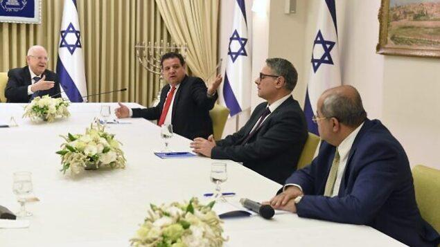 رئيس الدولة رؤوفين ريقلين (يسار) يلتقي بقادة حزب 'القائمة المشتركة' (من اليسار إلى اليمين) أيمن عودة، وامطانس شحادة، وأحمد الطيبي، في مقر رؤساء إسرائيل في القدس، 15 مارس، 2020. (Mark Neyman/GPO)