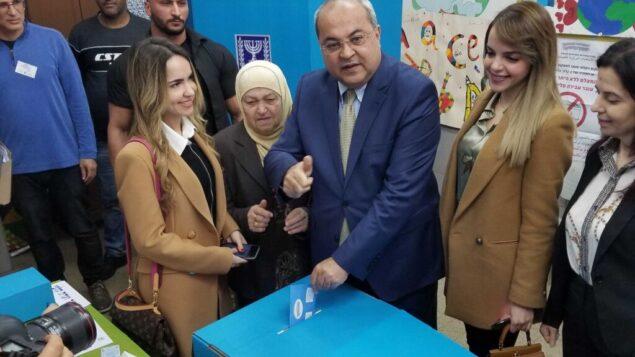 عضو الكنيست من القائمة المشتركة أحمد الطيبي يدلي بصوته في مسقط رأسه الطيبة، 2 مارس 2020. (Adam Rasgon/Times of Israel)