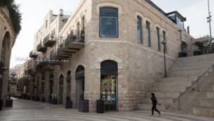 محلات تجارية مغلقة في المركز التجاري 'ماميلا' الخالي من المتسوقين في القدس،  23 مارس، 2020.  (Nati Shohat/Flash90)
