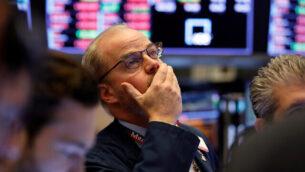 التاجر ديفيد أوداي يعمل على أرضية التداول في بورصة نيويورك  مع انخفاض الأسهم بسبب تفشي فيروس كورونا، 28 فبراير 2020. (AP / Richard Drew)
