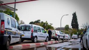 الشرطة في الموقع حيث يشتبه في قيام والد بطعن زوجته وبناته، في هود هشارون، 6 مارس 2020 (Roy Alima/Flash90)