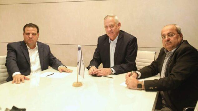 صورة توضيحية: رئيس حزب 'أزرق أبيض'، بيني غانتس (وسط) يجتمع مع قائدي تحالف 'القائمة المشتركة'، أيمن عودة (يسار) وأحمد الطيبي، 31 أكتوبر، 2019.  (Ofek Avshalom)