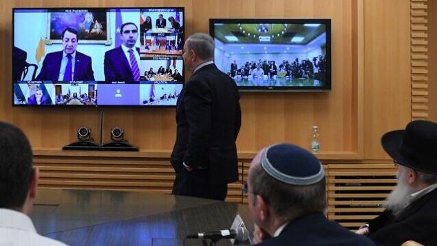 رئيس الوزراء يتحدث مع قادة أوروبيين خلال مؤتمر فيديو في وزارة الخارجية بالقدس، 9 مارس، 2020. (Koby Gideon/GPO)