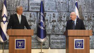 """الرئيس رؤوفن ريفلين (يمين) يكلف رئيس حزب """"أزرق أبيض"""" بيني غانتس بتشكيل الحكومة في مقر الرئيس في القدس، 16 مارس 2020. (Mark Neyman / GPO)"""