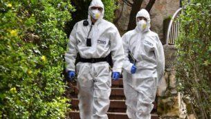 عناصر في الشرطة الإسرائيلية يتأكدون من التزام الإسرائيليين بالأنظمة التي أصدرتها الحكومة بهدف منع انتشار فيروس كورونا، في صورة غير مؤرخة.  (Israel Police)