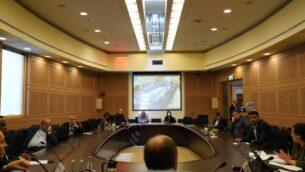 اجتماع اللجنة المنظمة للكنيست وسط أزمة الكورونا للمصادقة على انفصال فصيلي 'يش عتيد' و'تيلم' عن حزب الوسط 'أزرق أبيض'، 29 مارس، 2020. (Knesset)