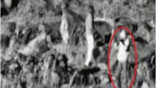 شخص قامت إسرائيل بتصويره من المنطقة العازلة بين سوريا وإسرائيل في ما يقول الجيش الإسرائيلي إنها محاولة للتحضير  لهجوم قناصة، كما يظهر في صور لكاميرات المراقبة تابعة للجيش في 17 مارس، 2020. (Israel Defense Forces)