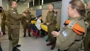 رئيس هيئة أركان الجيش الإسرائيلي، أفيف كوخافي، يمين، يقوم بزيارة قيادة الجبهة الداخلية في الرملة ويتحدث مع قائدها الميجر جنرال تمير يداي، يسار، في 18 مارس، 2020. (Israel Defense Forces)