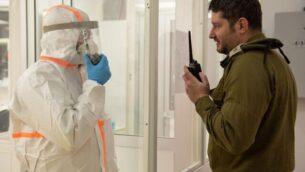 توضيحية: عسكريان إسرائيليان في مختبر لإجراء فحوصات للكشف عن فيروس كورونا للجنود، 23 مارس، 2020. (Israel Defense Forces)