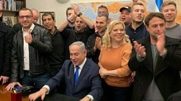 رئيس الوزراء بنيامين نتنياهو يحتفل في مقره بالقدس ، بعد صدور استطلاعات الرأي لإنتخابات 2 مارس 2020. (Twitter)