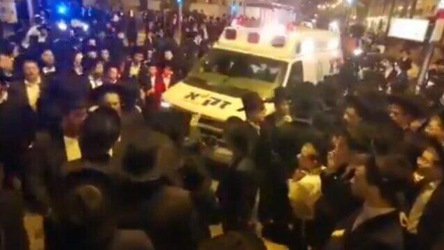 مشاركون في جنازة في مدينة بني براك، 29 مارس، 2020.  (screen capture: Twitter)