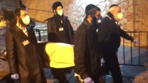 جنازة أرييه إيفين، أول ضحية لفيروس كورونا في إسرائيل، 21 مارس، 2020.  (Ynet screenshot)