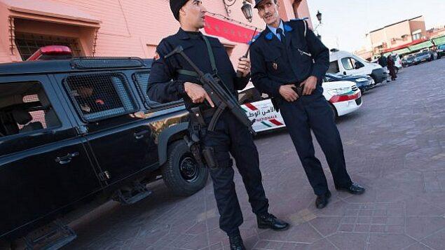 توضيحية - عنصران في الشرطة المغربية في ساحة جامع الفنا، ساحة السوق المركزي في مراكش، المغرب،  10 نوفمبر، 2016.  (Getty Images)