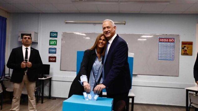 زعيم حزب 'أزرق أبيض' بيني غانتس وزوجته رفيتال يدليان بأصواتهما في مسقط رأسهما روش هعاين، 2 مارس 2020 (Courtesy)