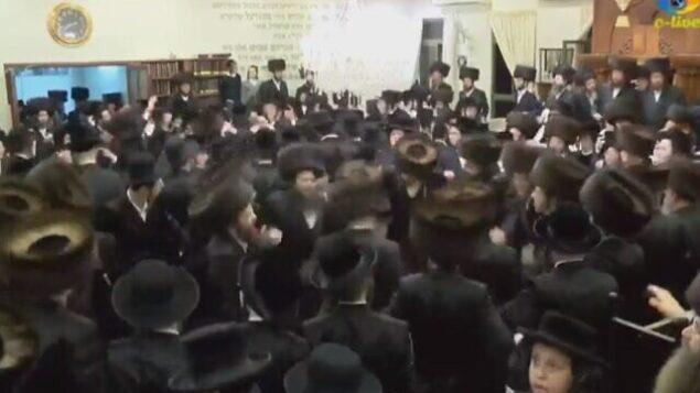 إسرائيليون حريديون يشاركون في حفل زفاف بمدينة بيت شيمش، 18 مارس، 2020.  (screenshot: Channel 12)