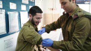 صورة توضيحية: مسعف عسكري يستعد لأخذ عينة دماء من جندي في صورة غير مؤرخة. (Israel Defense Forces)