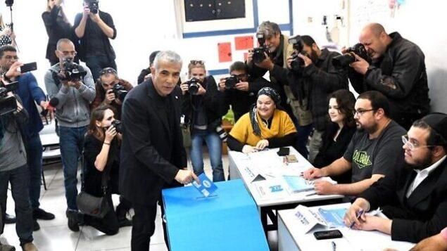 يئير لبيد من حزب 'ازرق ابيض' يدلي بصوته في محطة اقتراع في تل أبيب، 2 مارس 2020 (Elad Malka)