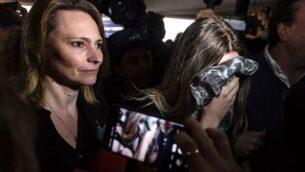 شابة بريطانية (19 عامًا)، أدينت بتهمة الادعاء بأنها تعرضت للاغتصاب من قبل 12 إسرائيليا، تصل إلى محكمة فاماغوستا المحلية لإصدار الحكم عليها، 7 يناير 2020 (Iakovos HATZISTAVROU / AFP)