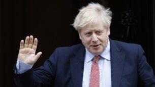 رئيس الوزراء البريطاني بوريس جونسون يغادر رقم 10 داونينج ستريت في وسط لندن، 18 مارس 2020 (TOLGA AKMEN / AFP)