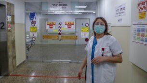 الطبيبة العربية الإسرائيلية ختام حسين، رئيسة قسم الاستجابة لكوفيد-19 في مستشفى رمبام في حيفا، شمال إسرائيل، تقف لالتقاط صورة خلال مقابلة في المركز الطبي، 16 أبريل 2020. (Ahmad GHARABLI / AFP)
