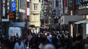 الناس يمرون امام متاجر في شارع للمشاة في دورتموند، غرب ألمانيا، 20 أبريل 2020 (INA FASSBENDER / AFP)