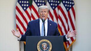 الرئيس الأمريكي دونالد ترامب خلال الحديث اليومي حول فيروس كورونا الجديد، في حديقة الورود في البيت الأبيض، واشنطن العاصمة، 15 أبريل 2020 (MANDEL NGAN / AFP)