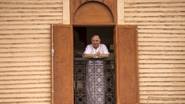 توضيحية: رجل يهودي مغربي يطل من نافذة منزله على الشارع في حي الملاح اليهودي في المدينة العتيقة لمراكش، 13 أكتوبر، 2017. (AFP PHOTO / FADEL SENNA)