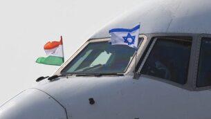 توضيحية: طائرة تقل رئيس الوزراء بنيامين نتنياهو وزوجته سارة تصل إلى محطة سلاح الجو في العاصمة الهندية نيودلهي، 14 يناير، 2018.  (Prakash Singh/AFP)