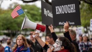 تجمع المتظاهرون في مبنى الكابيتول بولاية تكساس في أوستن ، تكساس، 18 أبريل 2020 (SERGIO FLORES / GETTY IMAGES NORTH AMERICA / GETTY IMAGES VIA AFP)