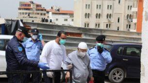 قوات أمن السلطة الفلسطينية ورجل مسن يقفون بالقرب من مدخل مستشفى ثابت ثابت الحكومي في طولكرم، 5 أبريل 2019. (Wafa)