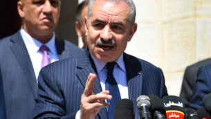 رئيس وزراء السلطة الفلسطينية محمد اشتية خلال مؤتمر صحفي في رام الله،  29 مارس،  2020. (Wafa)