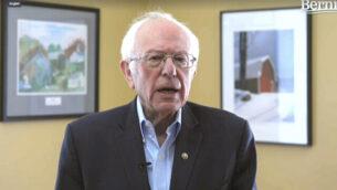 في هذه الصورة المأخوذة من مقطع فيديو نشره المرشح للرئاسة الأمريكي بيرني ساندر يظهر السناتور بيرني ساندرز (مستقل من فيرمونت) وهو يعلن عن انتهاء حملته الانتخابية، الأربعاء، 8 أبريل، 2020، في برلينغتون بولاية فيرمونت.  (Bernie Sanders for President via AP)