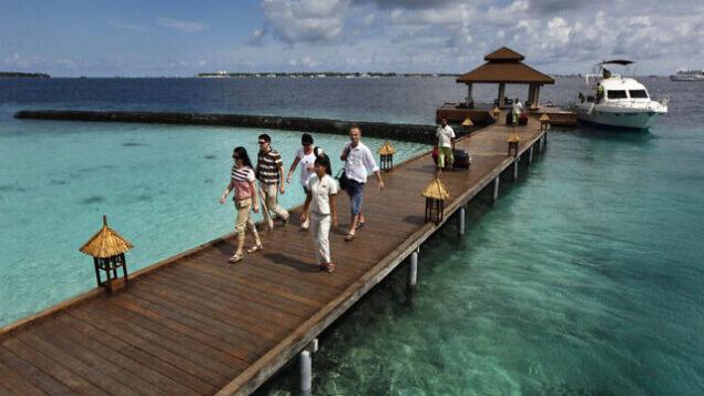 توضيحية: سياح أجانب في منتجع بجزيرة كورومبا في المالديف، 12 فبراير، 2012.  (AP Photo/ Gemunu Amarasinghe, File)
