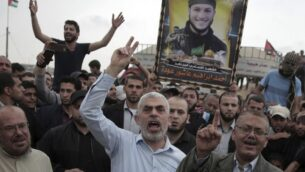 قائد حركة حماس يحيى السنوار خلال مظاهرة عند الحدود بين قطاع غزة واسرائيل، 20 ابريل 2018 (AP Photo/Khalil Hamra)