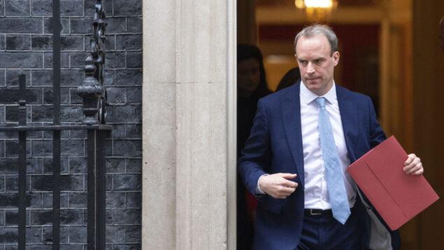 وزير الخارجية البريطاني دومينيك راب يغادر اجتماعا في داونينج ستريت ، لندن، 6 أبريل 2020 (Dominic Lipinski/PA via AP)