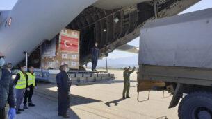 مسؤولون من شمال مقدونيا يفرغون معدات وقاية شخصية تبرعت بها تركيا لمساعدة البلاد على مكافحة تفشي فيروس كورونا، 8 أبريل 2020. (Turkish Defence Ministry via AP)