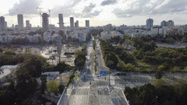 طرق خالية خلال إغلاق تم فرضه لوقف تفشي فيروس كورونا، في تل أبيب، 9 أبريل، 2020. (AP Photo/Ariel Schalit)