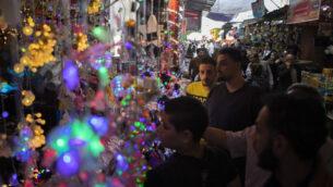 الفلسطينيون يتسوقون في سوق الزاوية قبل شهر رمضان المبارك، في مدينة غزة، 22 أبريل 2020. (AP / Khalil Hamra)