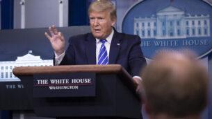 الرئيس الأمريكي دونالد ترامب يتحدث عن فيروس كورونا في قاعة 'جيمس برادي' للإحاطات الصحافية في البيت الأبيض، 23 أبريل، 2020. (AP Photo/Alex Brandon)