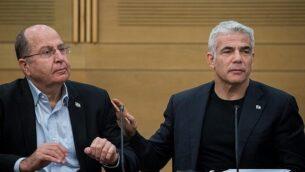 زعيما حزب 'أزرق أبيض'، يائير لابيد (يسار) وموشيه يعالون في اجتماع لكتلة الحزب في الكنيست، 24 يونيو، 2019. (Yonatan Sindel/Flash90)