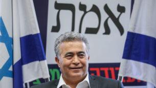 رئيس حزب 'العمل غيشر ميرتس' عمير بيرتس يتحدث خلال اجتماع لكتلة الحزب في الكنيست بالقدس، 17 فبراير، 2020.  (Yonatan Sindel/Flash90)