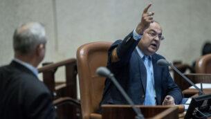 صورة توضيحية: عضو كنيست حزب القائمة المشتركة أحمد طيبي يتحدث خلال جلسة عامة للكنيست، 17 فبراير 2020. (Yonatan Sindel / Flash90)