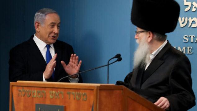 رئيس الوزراء بنيامين نتنياهو (يسار) ووزير الصحة يعقوب ليتسمان، في القدس، 11 مارس، 2020. (Flash90)