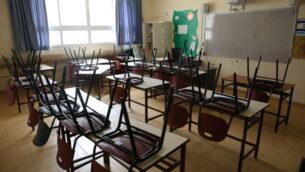 صورة توضيحية: مدرسة مغلقة في بلدة صفد شمال إسرائيل، 13 مارس 2020. (David Cohen / Flash90)