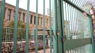 مدرسة مغلقة في مدينة صفد شمال إسرائيل، 13 مارس 2020. (David Cohen / Flash90)
