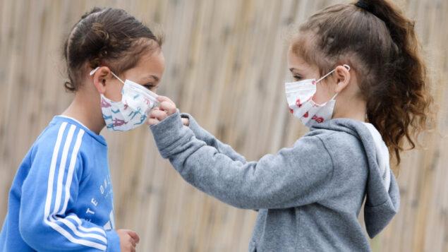 صورة توضيحية: أسرة ترتدي أقنعة الوجه خوفًا من فيروس كورونا، 18 مارس 2020. (Yossi Aloni / Flash90)
