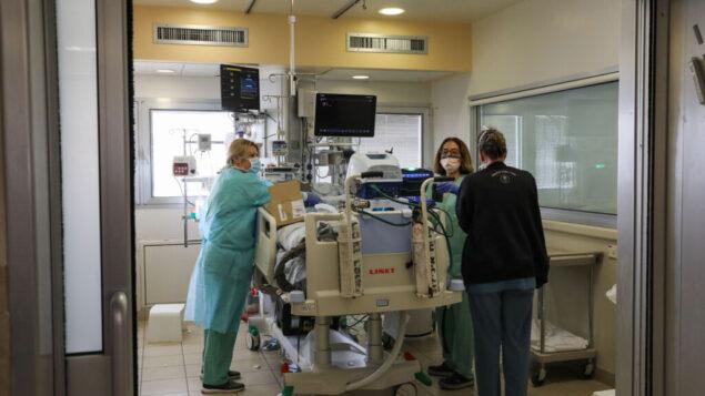 الطاقم ينقل مريضًا إلى جناح جديد في مستشفى إيخيلوف في تل أبيب، 22 مارس 2020 (Yossi Zamir / Flash90)